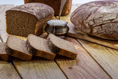 Chlebowy żyto na drewnianym stole Obrazy Stock