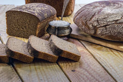 Chlebowy żyto na drewnianym stole Zdjęcie Royalty Free