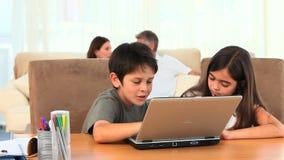 Chlidren bawić się na laptopie zbiory wideo