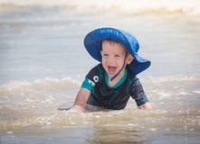 Chlild som spelar på stranden Royaltyfri Fotografi