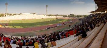 Chlldrens i en stadion i Bamako royaltyfri fotografi