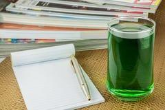 Chlorofyl in glas en notitieboekje stock afbeeldingen