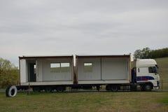 Chlumcany, República Checa - 22 de septiembre de 2018: camión con las caravanas en el pueblo de Chlumcany en el otoño del princip fotos de archivo libres de regalías