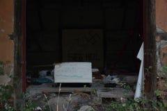 Chlumcany, República Checa - 22 de septiembre de 2018: más interier de ruine de la casa cerca de la estación de tren de Chlumcany imagen de archivo libre de regalías