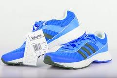 Chlumcany, Tschechische Republik - 9. Juni 2016: Blaue Schuhe Adidass für Frauen Lizenzfreie Stockfotografie