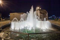 Chlustanie fontanna w parkowym pobliskim stadium, Donetsk 2012 noc obrazy royalty free