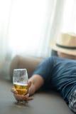 Chmielny mężczyzna dosypianie podczas gdy trzymający szkło piwo zdjęcie stock