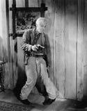 Chmielny mężczyzna trzyma pistolecika (Wszystkie persons przedstawiający no są długiego utrzymania i żadny nieruchomość istnieje  Fotografia Stock