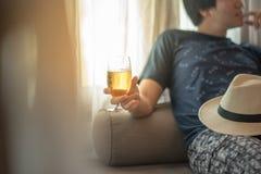 Chmielny mężczyzna trzyma szkło piwo zdjęcie royalty free