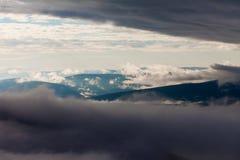 Chmur kłąb między wzgórzem i góry krajobrazem zdjęcie stock