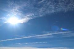 Chmur pierzastych chmury na jasnym niebieskim niebie Prognozy pogody woda w gaseous stanie w naturze Atmosfera ziemia Skutek o obrazy stock