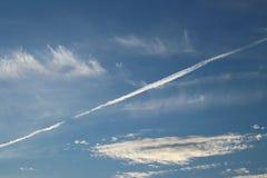 Chmur pierzastych chmury na jasnym niebieskim niebie Prognozy pogody woda w gaseous stanie w naturze Atmosfera ziemia Skutek o obrazy royalty free