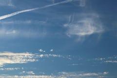 Chmur pierzastych chmury na jasnym niebieskim niebie Prognozy pogody woda w gaseous stanie w naturze Atmosfera ziemia Skutek o zdjęcia royalty free
