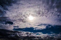 Chmur pierzastych chmury zbierają na gorącym lato dniu Fotografia Stock