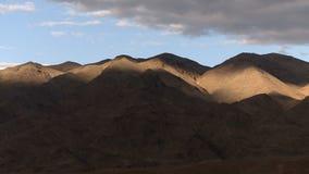 Chmura cienie nad pustynnym góra czasu upływem zbiory