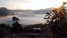 Chmura pławik na ranek dolinie zbiory wideo