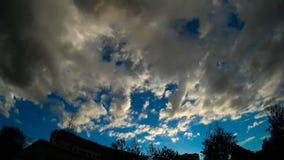Chmura pławik przez niebo Sylwetki drzewa w tle zdjęcie wideo