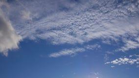 Chmura pławik w różnych kierunkach Słonecznego dnia niebieskie niebo zbiory