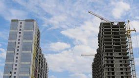 Chmura ruch nad dwa wieżowami Timelapse Budowa mieszkaniowy kompleks Promień technologia zbiory wideo