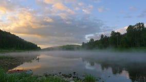 Chmura ruch odbija w wodzie rzecznej z mgła czasu upływem zbiory