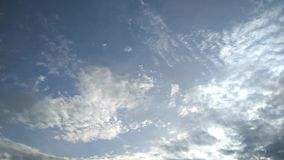 chmura si? Niebieskiego nieba ?wiat?o Krajobrazowy widok zbiory wideo