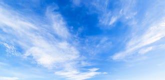 Chmura z niebieskie niebo panoramą Fotografia Royalty Free