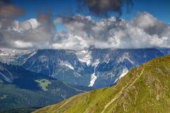 Chmura z płaską bazą zakrywa szczyty Sexten dolomity, Włochy Zdjęcia Stock