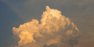 Chmura z słońca światłem na niebieskiego nieba tle zdjęcia royalty free