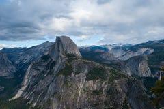 Chmura zakrywający pasmo górskie obraz royalty free