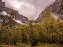 Chmurna i burzowa dolina w jesieni w Ordesa parku narodowym Zdjęcia Royalty Free