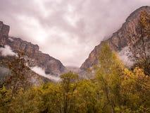 Chmurna i burzowa dolina w jesieni w Ordesa parku narodowym Obrazy Stock