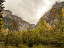 Chmurna i burzowa dolina w jesieni w Ordesa parku narodowym Fotografia Royalty Free