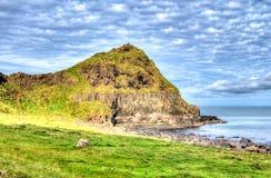 Chmurna linia horyzontu i wzgórze zakrywający z trawą obrazy stock