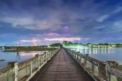 Chmurna noc przy U Bein mostem, Mandalay, Myanmar Obraz Royalty Free