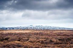 Chmurna pogoda nad szorstkim polem Zdjęcie Royalty Free