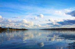 Chmurna sceneria na rzece Fotografia Stock