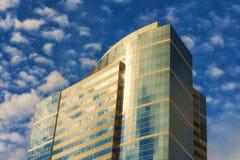 Chmurni nieba i światło słoneczne odbijają budynek Obrazy Royalty Free