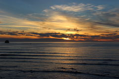 Chmurni nieba i zmierzch nad Oregon Pacyficznego oceanu Brzegowymi skalistymi wychodami Zdjęcia Royalty Free