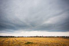 Chmurni nieba nad pustymi polami Obrazy Stock