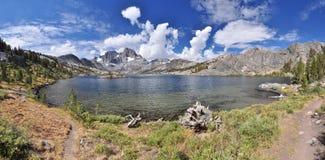 Chmurniejący wysoki sierra jezioro Fotografia Stock