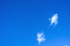 Chmur i niebieskiego nieba tło Zdjęcia Stock