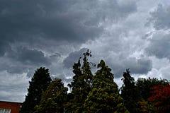 chmurnieje ciemną dramatyczną burzę Obrazy Stock