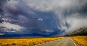 chmurnieje ciemną dramatyczną burzę Fotografia Stock