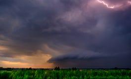 chmurnieje ciemną dramatyczną burzę Zdjęcia Royalty Free