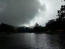 chmurnieje ciemnego jezioro fotografia royalty free