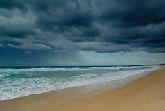 chmurnieje ciemnego ocean obraz stock