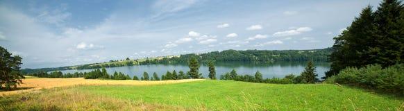 chmurnieje cumulusu jezioro Fotografia Stock