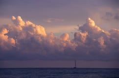 chmurnieje cumulusu republiki dominikańskiej zmierzch Fotografia Royalty Free