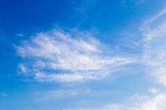 Chmurnieje delikatnego przepływ na niebieskiego nieba tle Zdjęcie Stock