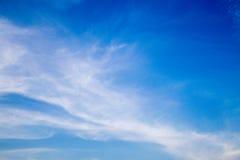 Chmurnieje delikatnego przepływ na niebieskim niebie Obrazy Stock